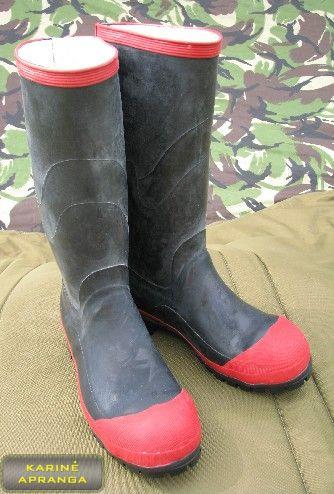 Juodi guminiai batai su raudonais apvadais