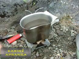 Juoda gertuvė su nerūdijančio plieno storasieniu puodeliu.  OSPREY 58 Pattern Water Bottle & Mug