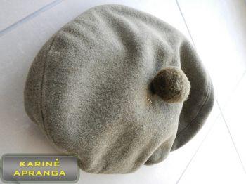 Samanų spalvos beretė su bumbulu ir skiriamuoju ženklu 60 cm.