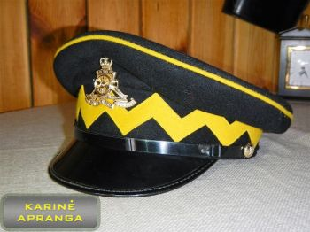 Paradinė kepurė su skiriamuoju ženklu  (juoda, su geltonu apvadu).