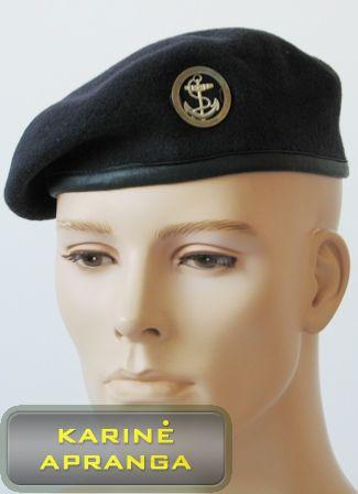 Juoda beretė su skiriamuoju ženklu.