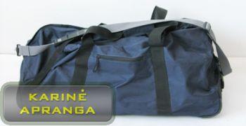 Mėlynas kelioninis krepšys su ratukais ir ištraukiama rankena.